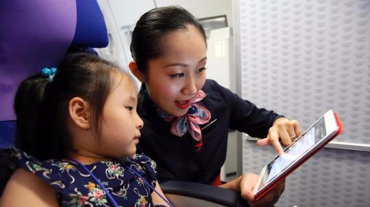 航企相继解禁!国内坐飞机可玩手机、上网冲浪了