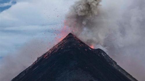 菲马荣火山持续喷发岩浆 当局已紧急疏散逾3.4万人