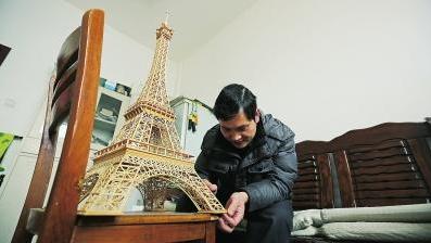 男子7个月用300根竹签搭出埃菲尔铁塔 配楼梯和电梯