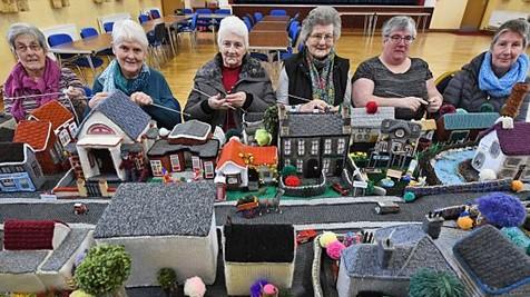"""北爱尔兰""""阿姨团""""用毛线织出整个村庄 工厂菜园一应俱全"""