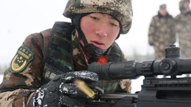 看雪中武警特战队员实弹射击