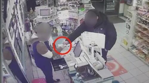 韩一男子自称黑社会抢劫便利店 警方利用泡面指纹将其抓获
