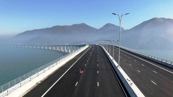 港珠澳大桥香港接线路面铺装及道路设施已顺利完工