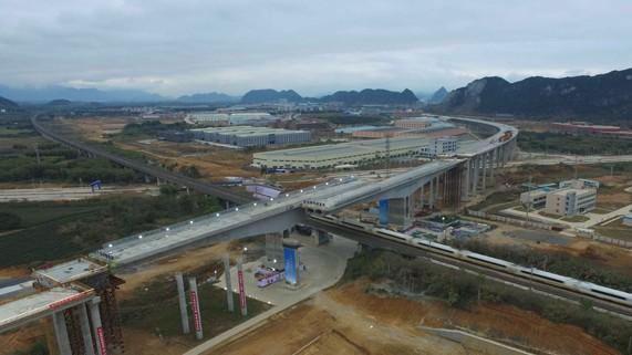我国首例高速桥梁转体跨高铁在广东完成