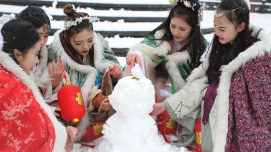 """古装美女雪中斗艳 穿越古今玩""""打雪仗、堆雪人"""""""