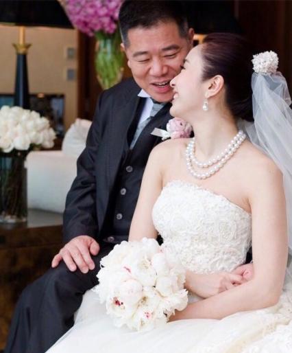黎姿结婚纪念日高调秀恩爱 晒婚纱照收鲜花超幸福