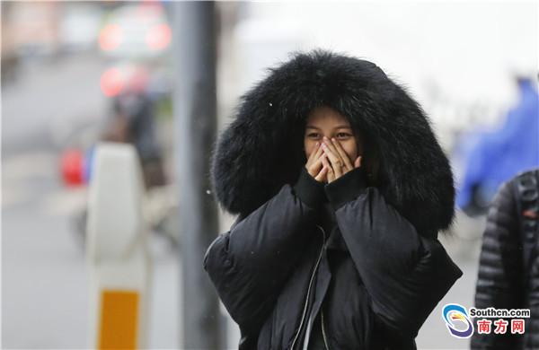 寒风冷雨来袭 市民防寒各有招