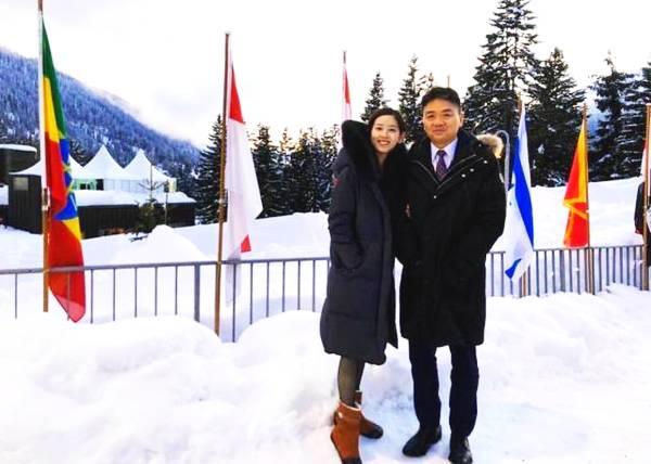 章泽天挽刘强东在雪地甜蜜合影,对老公一脸崇拜