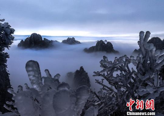 安徽黄山冬雪日出景观 引游客晨起拍照
