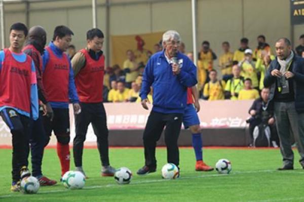 亲自摆训练道具,上阵示范头球,74岁的米卢一点没变