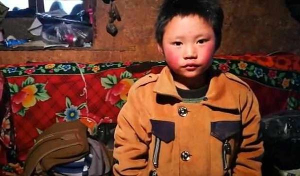 """""""冰花男孩""""被接到北京:将看天安门升旗并走进警察学校"""