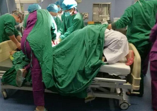 托举胎儿脱垂脐带20多分钟 女医生最美跪姿刷屏