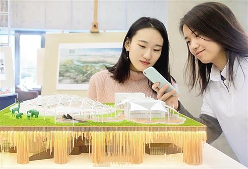 """2019北京世园会植物馆设计方案""""万花筒""""发布现场,观众观看植物馆模型"""