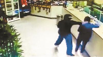 意大利一华人餐厅遭持枪抢劫 老板持刀驱离歹徒
