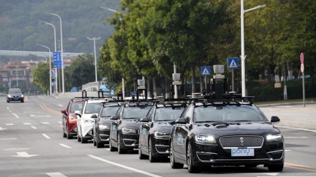广州首批无人驾驶汽车上路前进行最后演练
