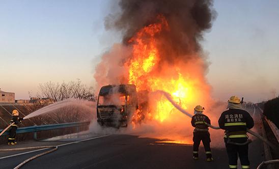 载30吨牙膏粉大货车湖北高速路上起火,价值六百万货物被烧
