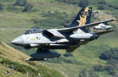 战机低空飞行吓得母鸡不下蛋 英国防部赔款多