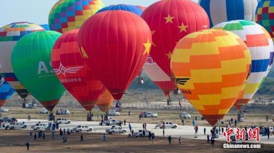 澳大利亚观光热气球遭强风吹袭坠地 导致7人受伤