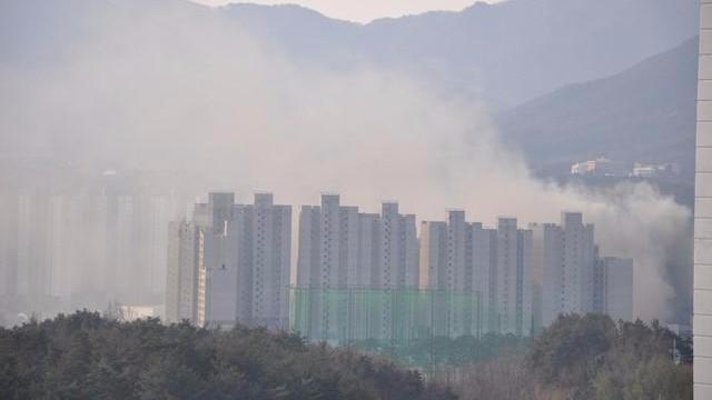 韩冬奥村附近工地起火浓烟滚滚 未造成人员伤亡