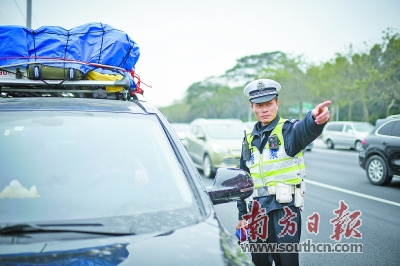 探访机场高速执勤一线 5车连环追尾交警20分钟疏通