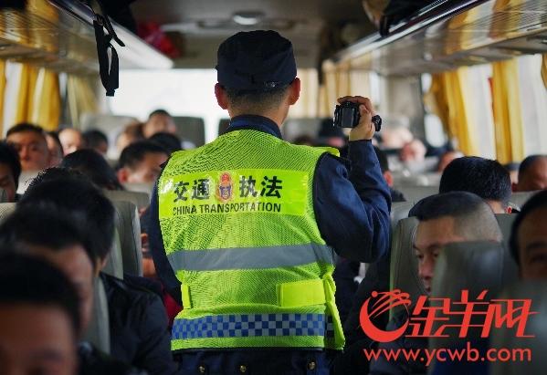 """高速入口拦下""""破大巴"""" 38名乘客竟遭司机""""卖猪仔"""""""