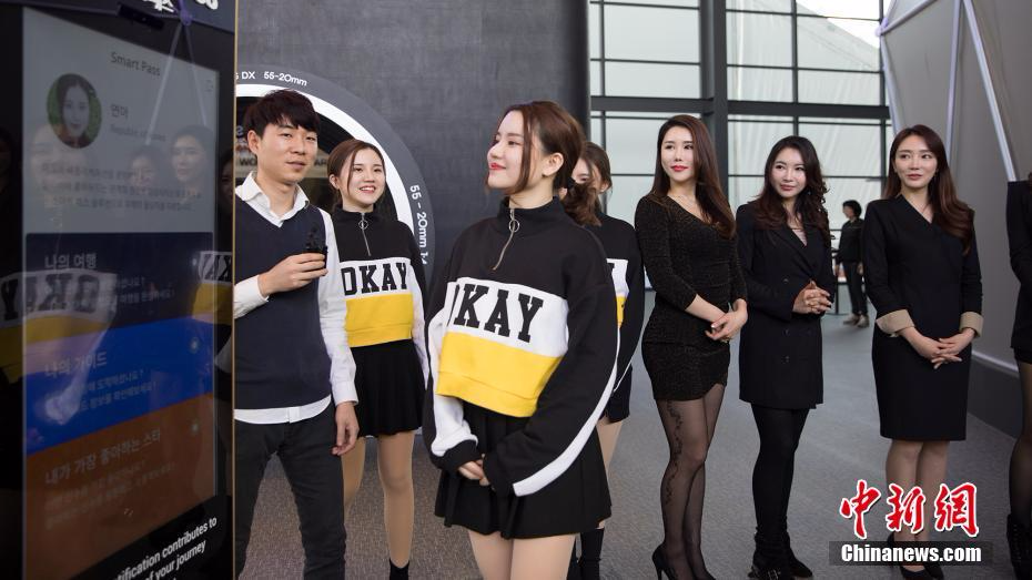 韩国美女挑战中国人脸识别技术