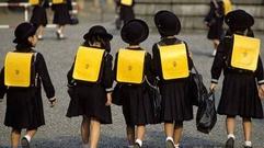 日本一小学用高价校服遭批 校长:无意改变想法