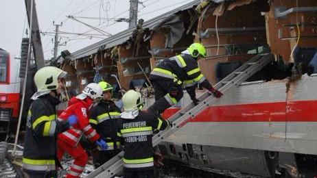 奥地利中部两列客运火车相撞 致1人死亡22人伤
