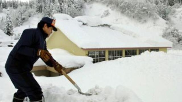 日本连日大雪已致百余人死伤 局地积雪达数米