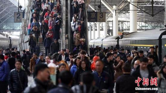 正月初一客流继续回落 全国铁路预计发送旅客389万人次