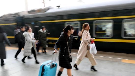 假期过半返程客流升温 铁路部门加开旅客列车保出行