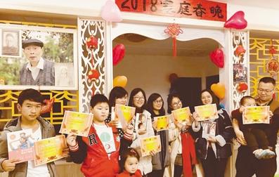 别说过年越来越没年味 重庆一市民自办家庭春晚