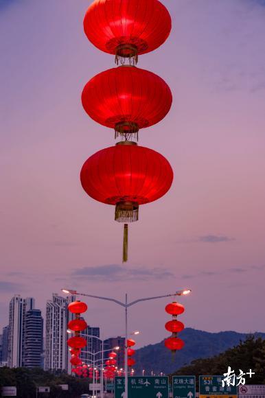 全市190条城市道路被10万个大红灯笼装点