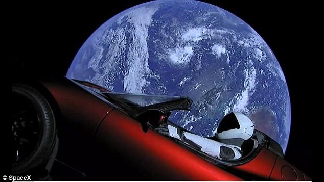 摄影师拍下80万公里外飞天特斯拉 有可能与地球相撞!