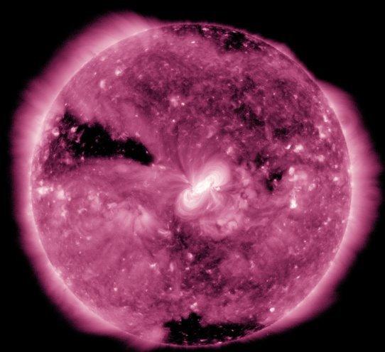 """下载当壁纸:NASA分享""""紫色""""日全食画面"""