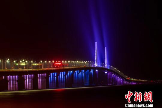 """港珠澳大桥采取""""三地三检""""通关模式 收费为人民币"""