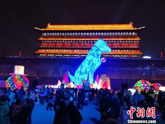 """西安城墙""""点亮""""新春灯会 18米高""""狗灯""""吸睛"""