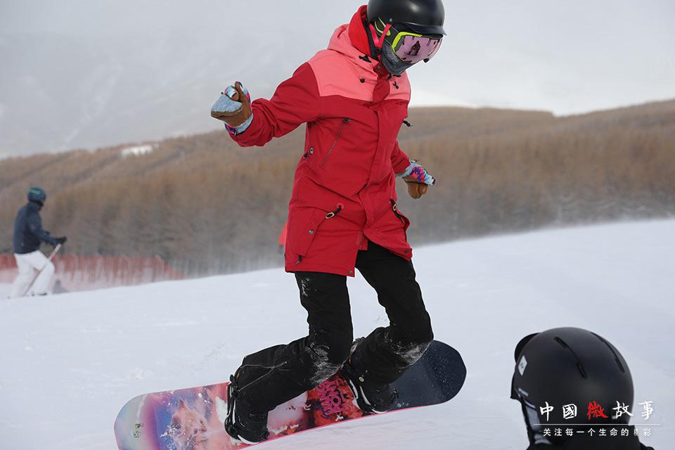 豆豆在子云面前尝试新动作。豆豆的滑雪水平还有很大的进步空间,需要更多的练习。