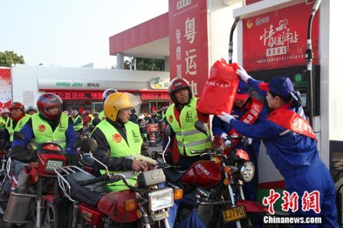 """中国石化""""情暖驿站""""六载再出发 为返乡摩骑免费加油"""