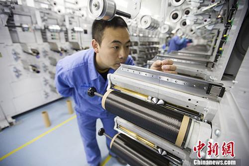 """图为中国科技""""工匠""""杨晗在生产线上作业。 <a target='_blank' href='http://www.chinanews.com/'>中新社</a>记者 张云 摄"""