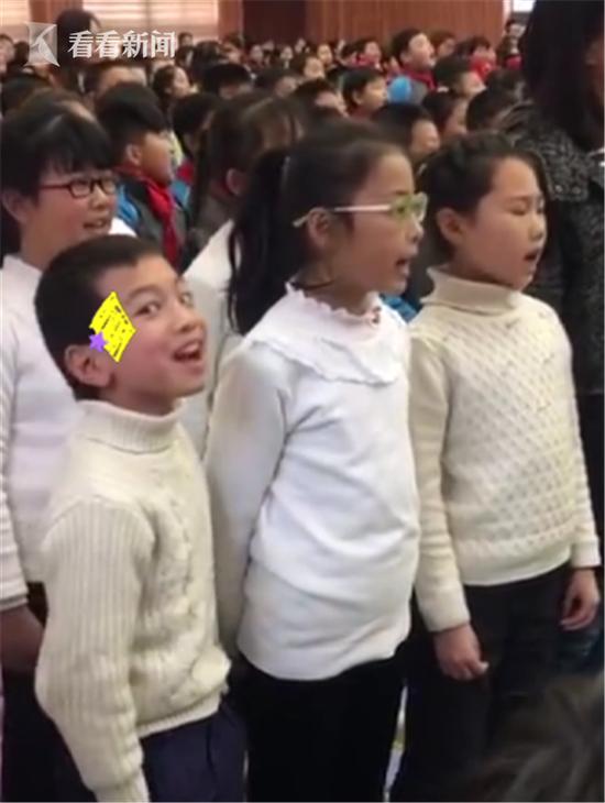 小学生合唱中卖力到翻白眼 网友:不靠C位靠演技