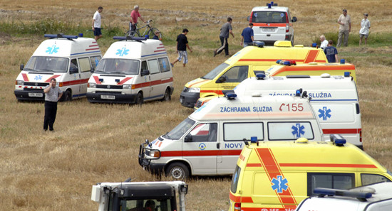 斯洛伐克汽车翻车撞上一群路过的儿童 致12人伤