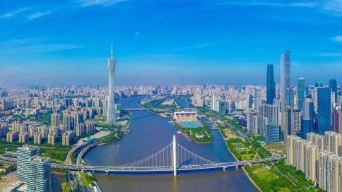 春光正灿烂 看广州一江两岸天蓝水清