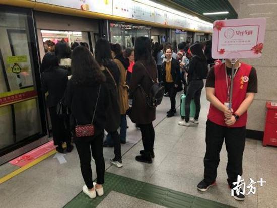 """广州""""女性车厢""""挤满男性?媒体探访:有无引导,情况大不同"""