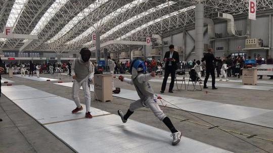 中国击剑俱乐部联赛在昆山开赛 百条剑道齐亮剑