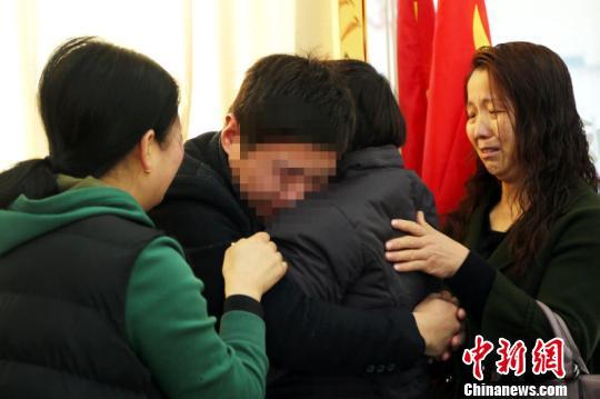 32年寻子终团圆,李乙春与家人相拥而泣。 赵京亚 摄