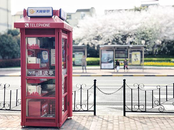 """电话亭转型""""悦读亭"""",上海徐汇尝试打造小而美的阅读平台"""