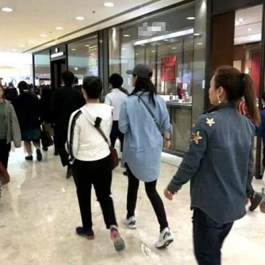 减肥成功了?网友在香港逛街偶遇蒋欣 夸她瘦