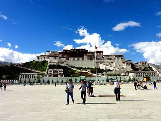 西藏:雪域高原春来早 跨越发展步步高