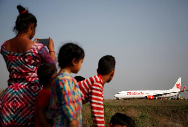 直击|尼泊尔一客机起飞冲出跑道,目前机场业务停止